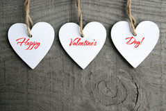 Fundo feliz do dia dos Valentim Corações de madeira brancos decorativos no fundo de madeira rústico cinzento com espaço da cópia Imagem de Stock