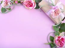 Fundo feminino com as rosas do presente e da seda Imagens de Stock