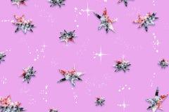 Fundo festivo abstrato roxo com um teste padrão das estrelas, coberto com a neve natural, Fotografia de Stock Royalty Free