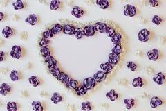 Fundo festivo com corações das flores Configuração lisa Fotografia de Stock
