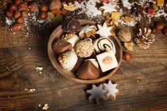 Fundo festivo com doces, porcas, na tabela de madeira Imagens de Stock Royalty Free