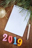 Fundo festivo com o bloco de notas vazio sobre o ano novo feliz 2019 Imagens de Stock Royalty Free