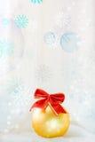 Fundo festivo com uma esfera foto de stock
