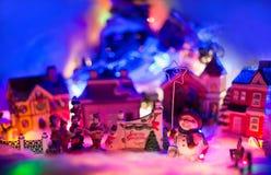 Fundo festivo diminuto, cenário diminuto do conto de fadas com o boneco de neve que guarda a estrela Foto de Stock