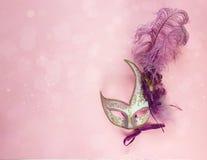 Fundo festivo do carnaval com máscaras com penas e sp da cópia Imagem de Stock Royalty Free