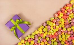 Fundo festivo doce Pipoca da caixa de presente e do caramelo Fotos de Stock