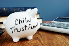 Fundo fiduciário CTF da criança escrito em um lado do mealheiro fotografia de stock