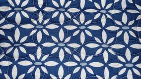 Fundo floral com as pétalas azuis e brancas Foto de Stock
