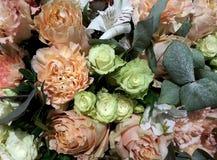 Fundo floral com as rosas cor-de-rosa e brancas fotos de stock