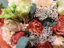 Fundo floral com as rosas vermelhas, brancas e cor-de-rosa imagem de stock royalty free