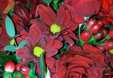 Fundo floral com gerberas e as rosas vermelhos imagens de stock