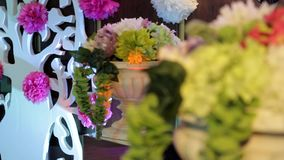 Fundo floral, decorações festivas, decoração festiva, flores em uns vasos, pom-poms de papel filme