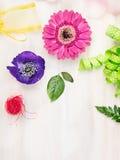 Fundo Floristic com flores e acessórios no fundo de madeira branco, vista superior Imagens de Stock