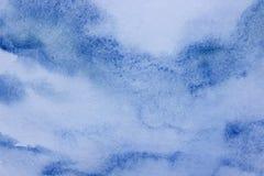 Fundo fresco contemporâneo do sumário em uma superfície estrutural em tons azuis Fundo original Céu azul e nuvens ilustração royalty free