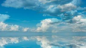 Fundo futurista que consiste no grampo do lapso de tempo das nuvens macias brancas sobre o céu azul e a sua reflexão, vídeo filme