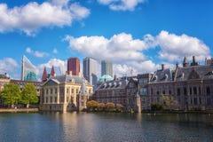 Fundo holandês com o lago Hofvijver, complexo histórico do parlamento do castelo de Binnenhof, Haia Den Haag, Países Baixos imagens de stock
