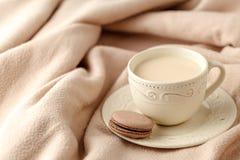 Fundo home do inverno acolhedor, copo do café quente com leite, k morno Imagem de Stock