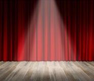 Fundo iluminação na fase cortina vermelha e fundo de madeira do interior do assoalho Foto de Stock Royalty Free