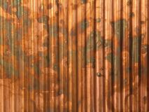 Fundo industrial do cobre ondulado rústico do metal com cores sujas marrons imagens de stock royalty free