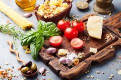 Fundo italiano com tomates da videira, manjericão do alimento, espaguete, ingredientes das azeitonas no espaço de pedra da cópia  imagem de stock royalty free