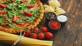 Fundo italiano do alimento com pizza, massa crua e vegetais na tabela de madeira imagem de stock royalty free