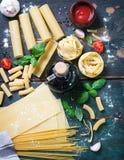 Fundo italiano do alimento com tipos diferentes de massa, de saúde ou de conceito do vegetariano Imagens de Stock Royalty Free