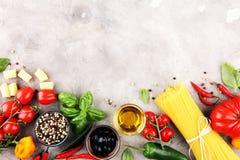 Fundo italiano do alimento com tipos diferentes de massa, saúde ou fotos de stock