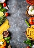 Fundo italiano do alimento Massa, ervas, vegetais na parte superior preta v imagens de stock