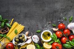 Fundo italiano do alimento na tabela de pedra preta Vista superior fotografia de stock royalty free