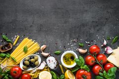 Fundo italiano do alimento na tabela de pedra preta Vista superior foto de stock