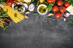 Fundo italiano do alimento na tabela de pedra preta Vista superior imagem de stock royalty free