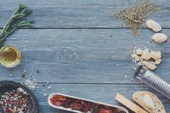 Fundo italiano dos ingredientes da culinária na madeira rústica azul, espaço da cópia imagens de stock