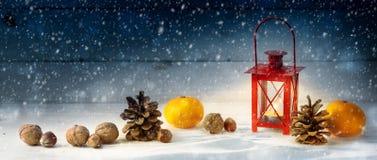 Fundo largo da decoração do Natal com um lan vermelho da luz da vela fotos de stock
