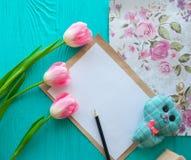 Fundo, letra e tulipas de madeira Feriado da concepção, o 8 de março, dia do ` s da mãe Fotos de Stock Royalty Free