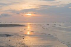 Fundo litoral no nascer do sol fotografia de stock royalty free
