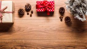 Fundo mágico do tema do Natal, na tabela de madeira Fotos de Stock