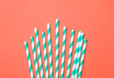 Fundo mínimo do partido criativo do verão com palhas bebendo Conceito liso da configuração imagem de stock