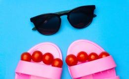 Fundo mínimo do verão criativo com óculos de sol e sandálias Conceito colocado liso i foto de stock