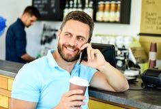 Fundo móvel do barista do café da conversação do homem Café da bebida ao esperar O café leva embora a opção para povos ocupados fotos de stock