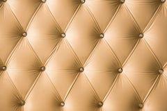 Fundo macio bege de matéria têxtil com os botões simétricos nos cantos dos diamantes Elementos macios e caros da mobília Imagem de Stock Royalty Free