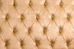 Fundo macio bege de matéria têxtil com os botões simétricos nos cantos dos diamantes Elementos macios e caros da mobília Imagens de Stock