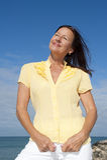 Fundo maduro bonito do oceano da mulher foto de stock royalty free