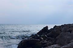 Fundo Mar e nuvens no céu azul fotografia de stock