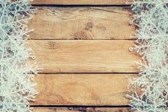 Fundo marrom de madeira do Natal e flocos de neve brancos com spac Fotografia de Stock