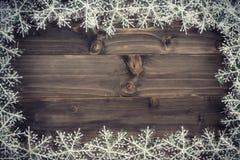 Fundo marrom de madeira do Natal e flocos de neve brancos com spac Foto de Stock Royalty Free