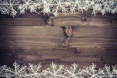 Fundo marrom de madeira do Natal e flocos de neve brancos com spac Imagem de Stock Royalty Free