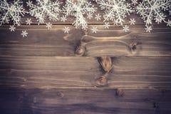 Fundo marrom de madeira do Natal e flocos de neve brancos com spac Imagens de Stock Royalty Free
