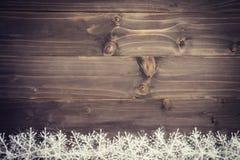Fundo marrom de madeira do Natal e flocos de neve brancos com spac Fotos de Stock