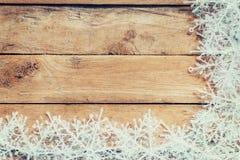 Fundo marrom de madeira do Natal e flocos de neve brancos com spac Fotos de Stock Royalty Free