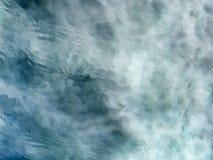 Fundo meditativo da água de fluxo do verde azul fotos de stock